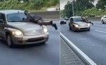 Um homem ainda não identificado foi flagrado sobre o capô de um carro, que trafegava por um trecho de rodovia emCharlotte, na Carolina do Norte (EUA)