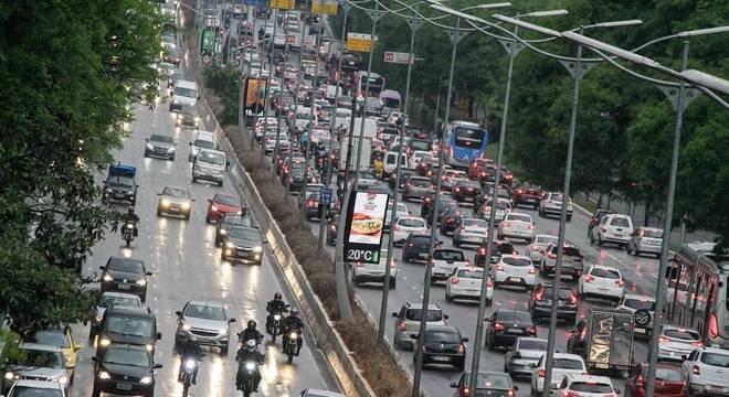 Trânsito intenso na Avenida 23 de Maio, zona sul de São Paulo