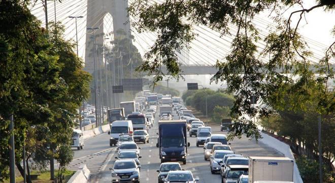 Trânsito na Marginal Tiête é sinal de afrouxamento em isolamento social