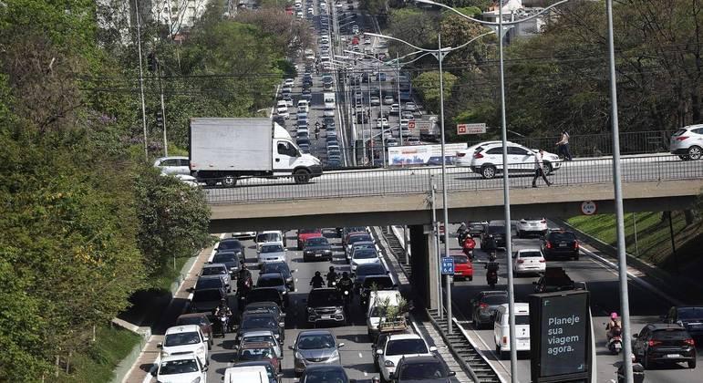Trânsito na Avenida Rubem Berta em São Paulo