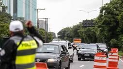 Policiais usam apitos para orientar motoristas perto do viaduto que cedeu ()