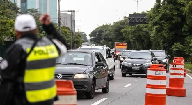 Policiais orientam motoristas na pista local da Marginal Pinheiros, em SP