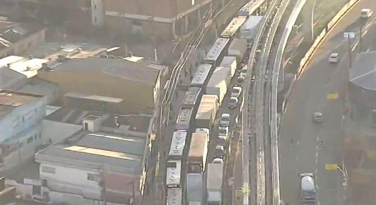 Protesto de motoristas causa trânsito na Estrada Sapopemba, zona leste de SP