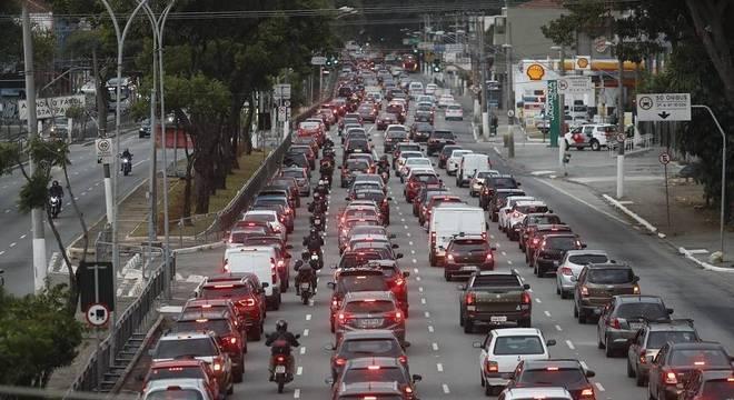 Mesmo na quarentena, há trânsito em vias da cidade como a Radial Leste