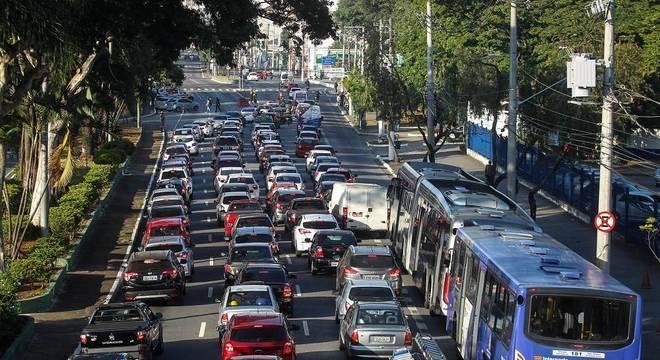 Trânsito na avenida Santos Dumont, na zona norte de São Paulo