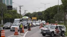Trânsito é lento, mas flui bem ao lado de viaduto que cedeu na Marginal Pinheiros ()