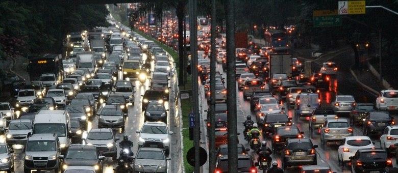Trânsito intenso nos dois sentidos da avenida 23 de Maio
