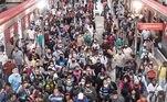 São Pauloentrou nesta segunda-feira (15) na fase de emergência – mais restritiva – de combateao avanço da covid-19. Mesmo com o escalonamento de horários das empresas para diluira movimentação nos trens, metrôs e ônibus paulistas, medida recomendada pelogoverno estadual, o transporte público registrou lotação nesta manhã. Veja imagens