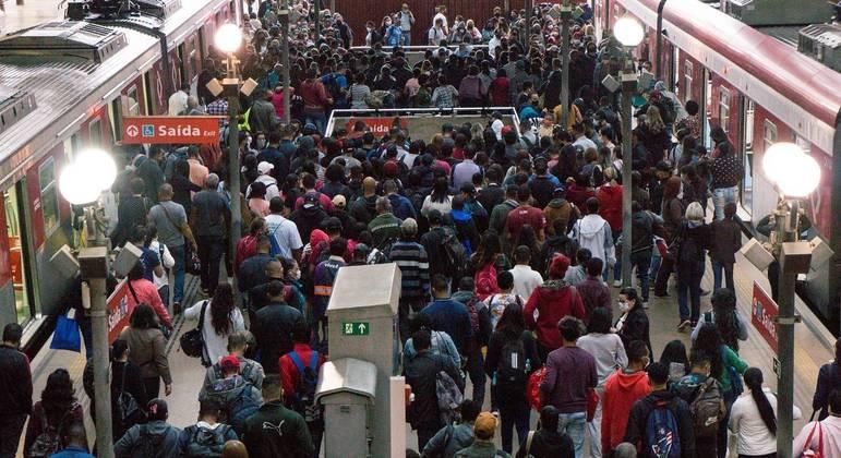 Estação da Luz registra aglomeração nesta segunda-feira (19)