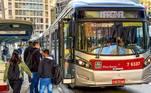 Nos terminais de ônibus da região central de São Paulo, os passageiros esperam em filas para embarque nos coletivos e a movimentação é intensa nos horários de pico