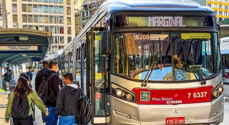 SP deve aumentar frota de ônibus para reduzir aglomerações, aponta Iema