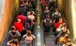 Nas últimas semanas, entre Metrô, CPTM e ônibus, aproximadamente 4 milhões de pessoas utilizam transporte coletivo por dia.O Plano SP recomenda o escalonamento de entrada e saída de funcionários em atividades essenciais para evitar a concentração nos horários de pico