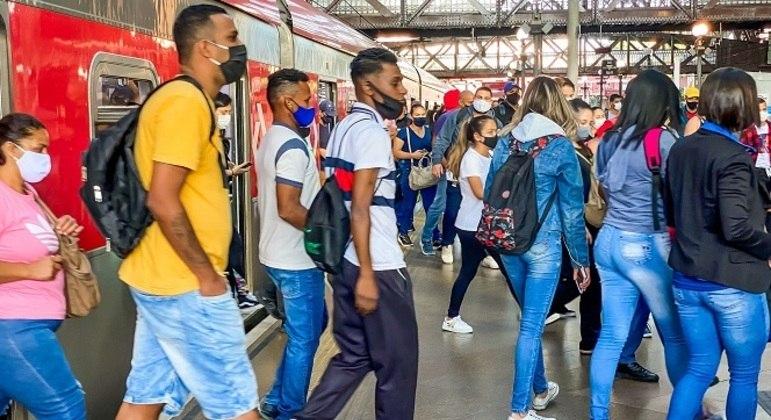 Estação da Luz, no centro de São Paulo, registra aglomeração em vagões de trens