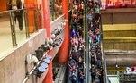Com a pandemia de covid-19há mais de um ano, o poder público ainda não encontrou solução para barrar as aglomerações e passageiros relatam exposição a riscos e indignação ao se locomover em São Paulo.A SMT (Secretaria dos Transportes Metropolitanos) afirma que desde o início da pandemia adotou a Operação Monitorada, com avaliação sistemática a cada faixa de horário, para atender a demanda de passageiros.
