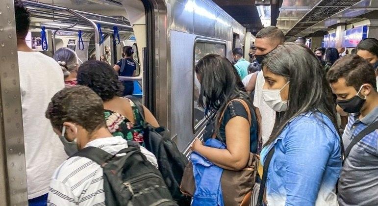 Transporte público lotado em São Paulo nesta segunda-feira (12)