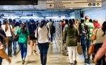 Para frerar o avanço da pandemia, a prefeitura da cidade de São Paulo antecipou cinco feriados para o fim de março e início de abril. A medida, no entanto, não mostrou eficácia: a taxa de isolamento máxima registrada foi de 50%, segundo dados do Simi (Sistema de Monitoramento Inteligente do Estado de São Paulo)