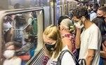 Na linha azul do Metrô, passageiros esperam a chegada do trem, que chega lotado as plataformas. Indignados, usuário do transporte público afirmam que precisam sair de casa para trabalhar.
