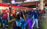 Especialistas estimam que a ocupação do espaço no transporte público de São Paulo em horário de pico é de até nove pessoas por metro quadrado, quando a distância mínima entre passageiros recomendada pelas autoridades sanitárias é de um metro e meio