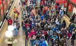 A primeira semana defase vermelhana cidade de São Paulo foi marcada por mais imagens depassageiros amontoadosno transporte público e pedidos pordistribuição de máscarasde proteção no transporte público. A nova etapa entrou em vigor na segunda-feira (12) em todo o estado, após28 diasde fase emergencial e se estende até 18 de abril