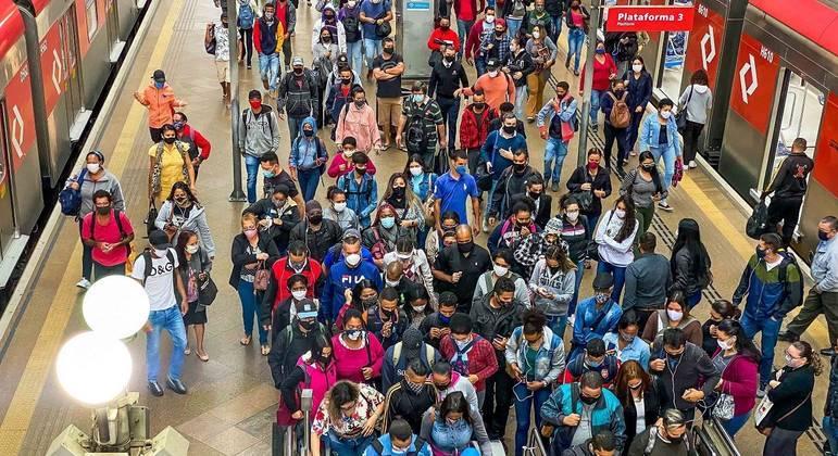 Em uma semana de fase vermelha, SP registrou aglomeração no transporte público