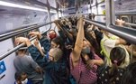 Dentro dos vagões da CPTM, o que se viu foram as aglomerações comuns no transporte público paulista
