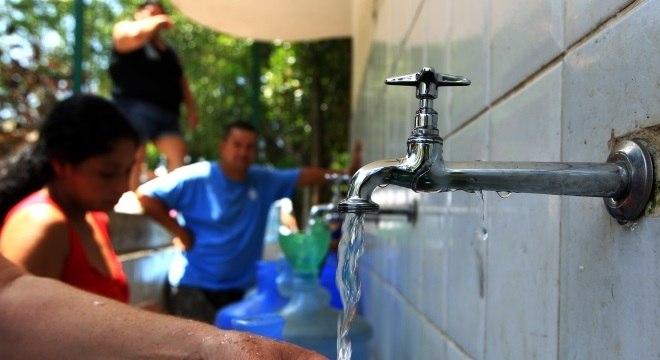 A água tratada recebe adição de flúor, o que reduz incidência de cáries em 65%