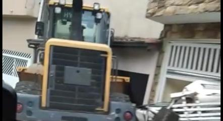 Trator colidiu em residência em SP