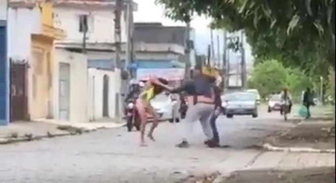 Travesti foi atacada por dois homens durante o Carnaval