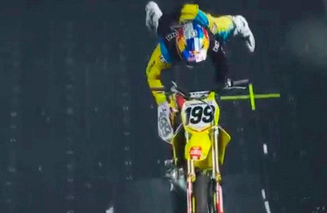 Travis Pastrana, lenda do motocross, nos X Games de 2006, trouxe uma nova dimensão para a manobra, executando um giro duplo para trás, chamado de