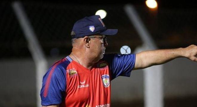 Treinador da Coruja saiu de campo revoltado com a arbitragem, por conta do lance que originou o segundo gol do Santa e com uma falta de Fabiano, segundo ele, digna de expulsão