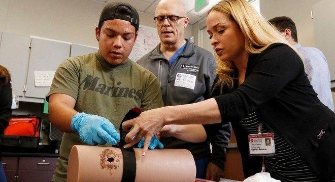 Estudante aprende a aplicar torniquete em treinamento nos EUA