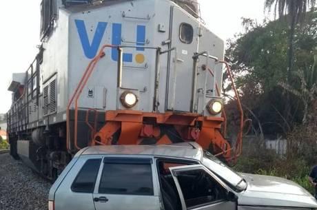 Carro com duas crianças foi atingido por trem em Juatuba (MG)
