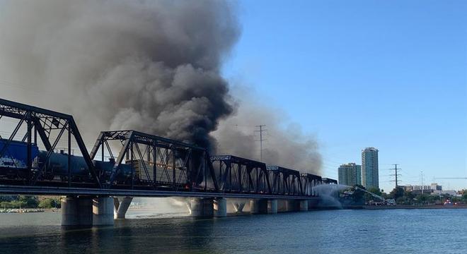 Vagões de trem pegam fogo após acidente em ponte em Tempe, no Arizona (EUA)