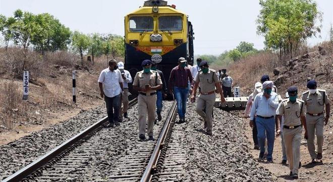 Autoridades no local do atropelamento no estado de Maharashtra