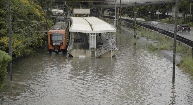 Vias alagadas suspendem operação de trens