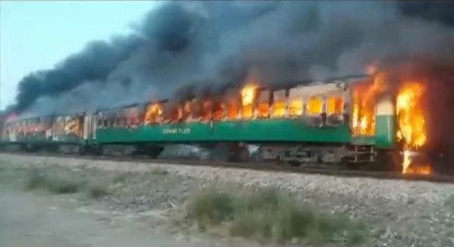 Imagens mostram três dos vagões engolidos pelas chamas