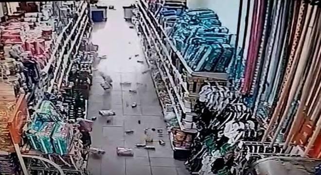 Vídeo mostra produtos caindo em mercado durante tremor de terra