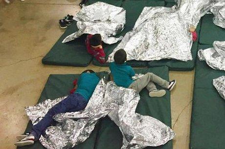 Meninos imigrantes em centro de detenção: Relatos apontam que alguns chegam a ficar separados dos pais por semanas e até meses