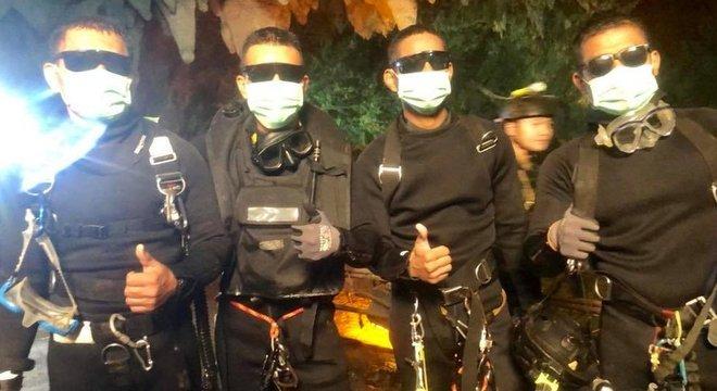 Os últimos a deixar a caverna foram três mergulhadores e um médico, todos membros das forças especiais da Marinha tailandesa