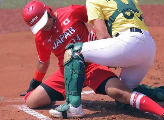 Três partidas de softbol feminino abriram os Jogos Olímpicos de Tóquio. O Japão venceu a Austrália por 8 a 1 na primeira partida do dia. Os Estados Unidos venceram a Itália por 2 a 0 e o Canadá fechou a noite com vitória sobre o México por 4 a 0.