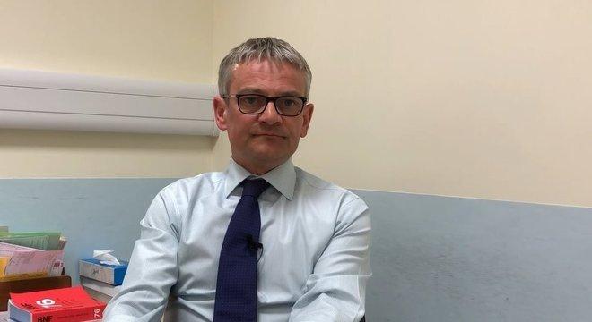 O cirurgião Trevor Dorkin alerta seus pacientes sobre os riscos da circuncisão antes do procedimento