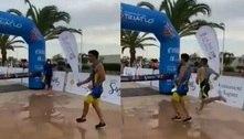 Triatleta argentino comemora antes da chegada e é ultrapassado