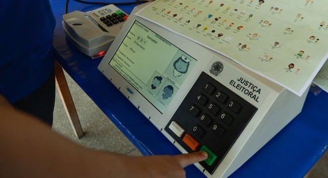 A urna tem uma tecla para votos em branco. Os votos são anulados quando o eleitor digita números que não correspondem a nenhum candidato e aperta confirma