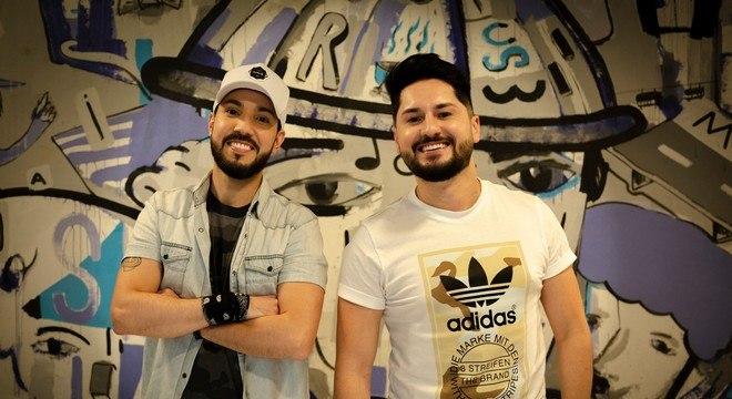 """Sandro e Cícero estão nas paradas musicais da Europa e Estados Unidos com o hit """"Me Adota"""""""