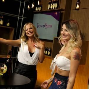 Jacky entrevista Rebeca Giancursi (à direita)