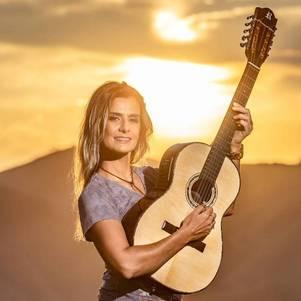 Adriana Farias canta sucessos