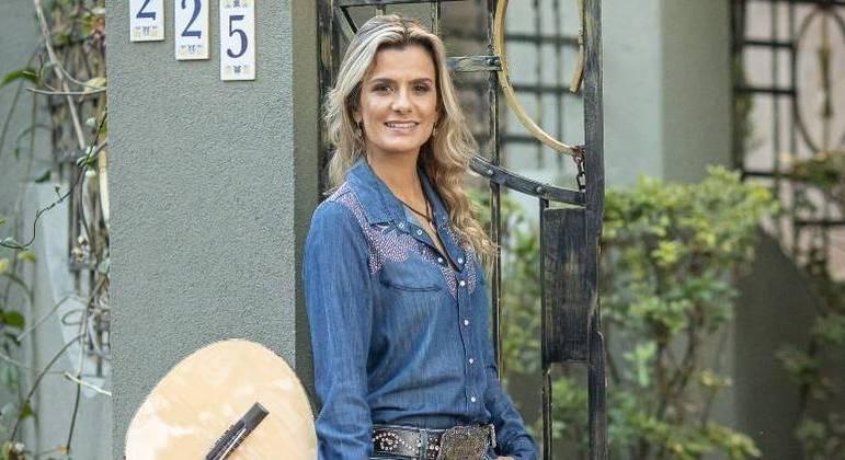 Violeira Adriana Farias se apresenta no Trilha de Sexta