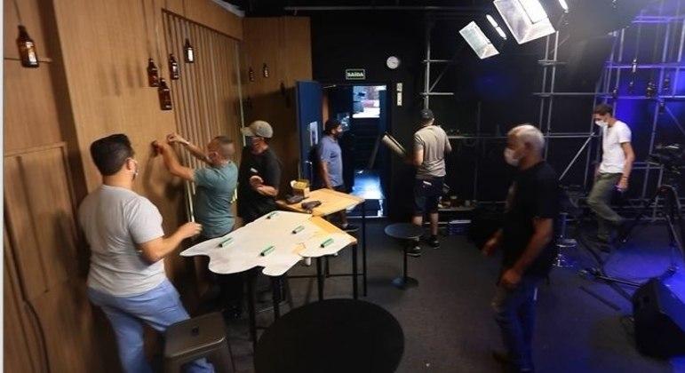 Equipe prepara o cenário do happy hour pra o Trilha de Sexta