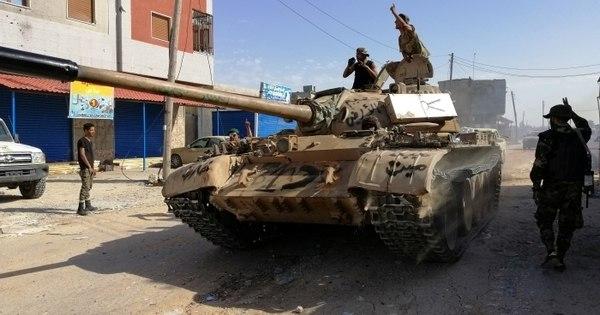 Confrontos abalam capital da Líbia e milhares abandonam moradias