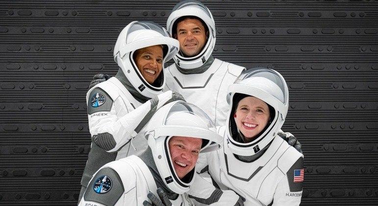 Tripulação composta somente por americanos ficará três dias na órbita da Terra